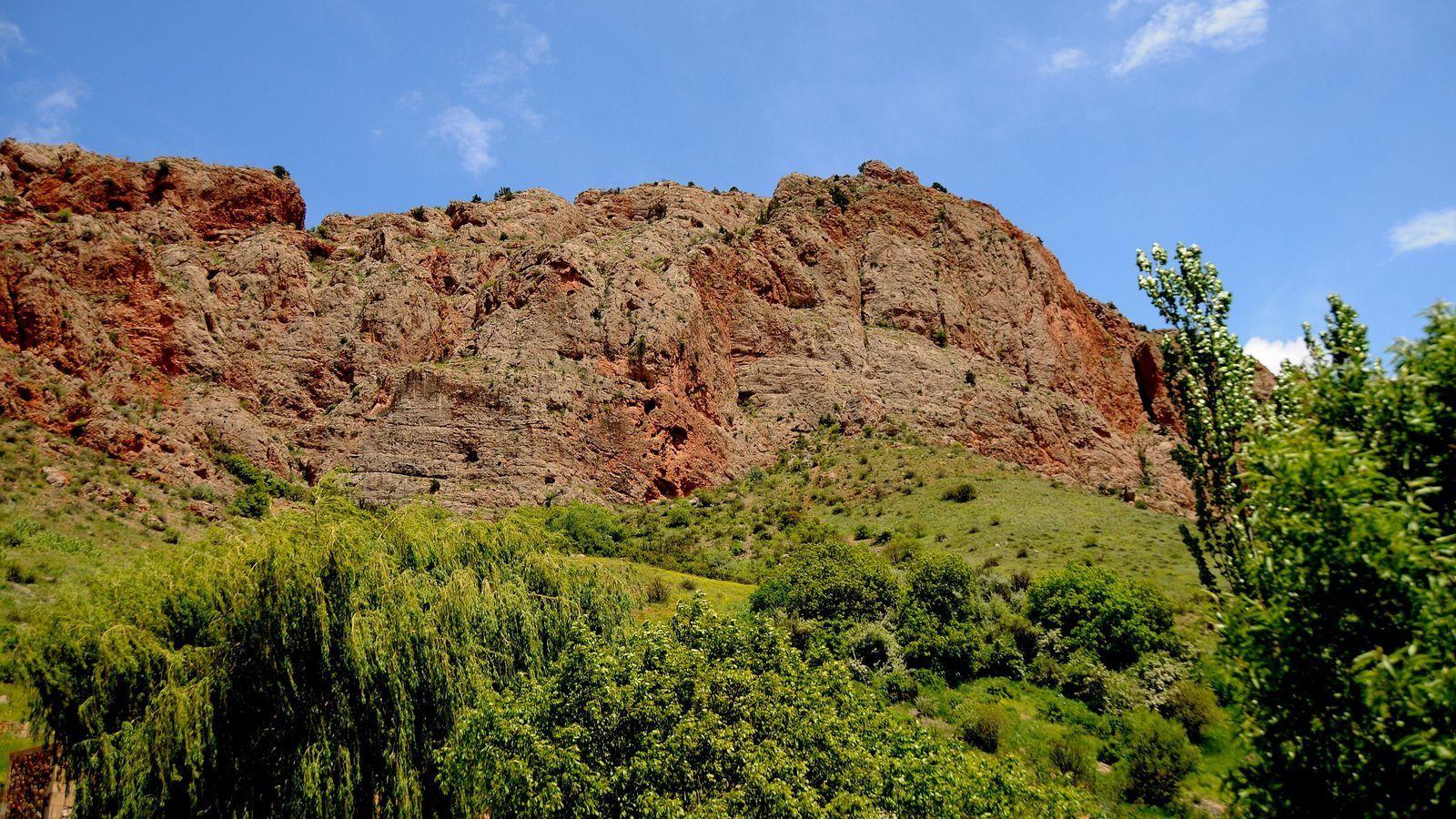 Faisant face à des falaises de calcaire ocre et grises