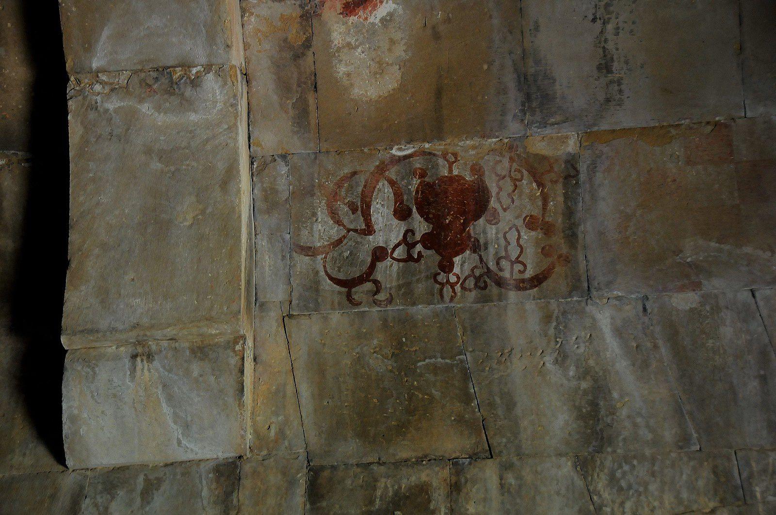 Ornement sur le plafond de la chapelle Sourp Grigor fait avec le pigment Vordan Karmir (rouge cochenille)
