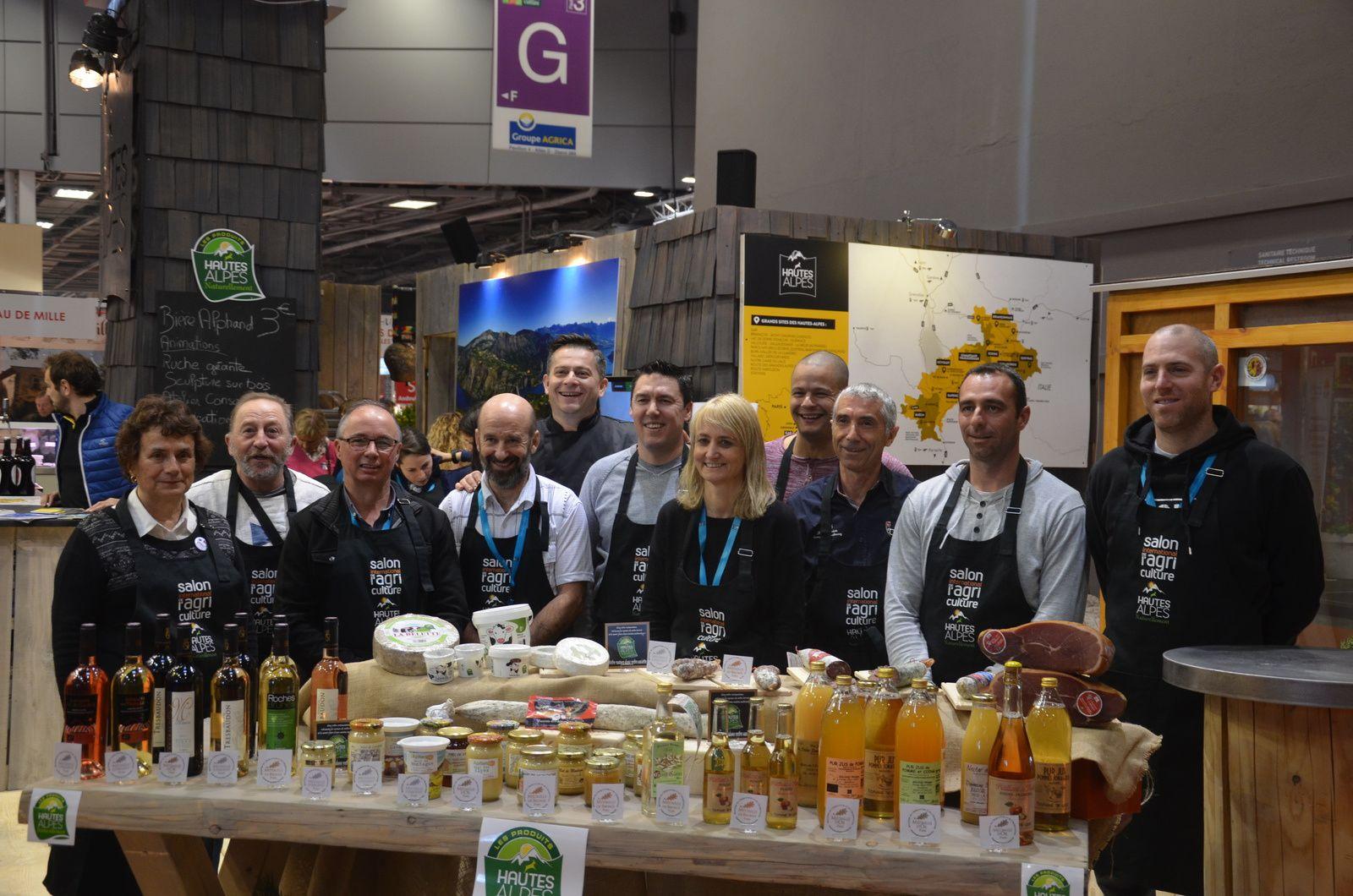 Christophe ZANA (premier en partant de la droite) avec les producteurs et artisans du stand des Hautes-Alpes.