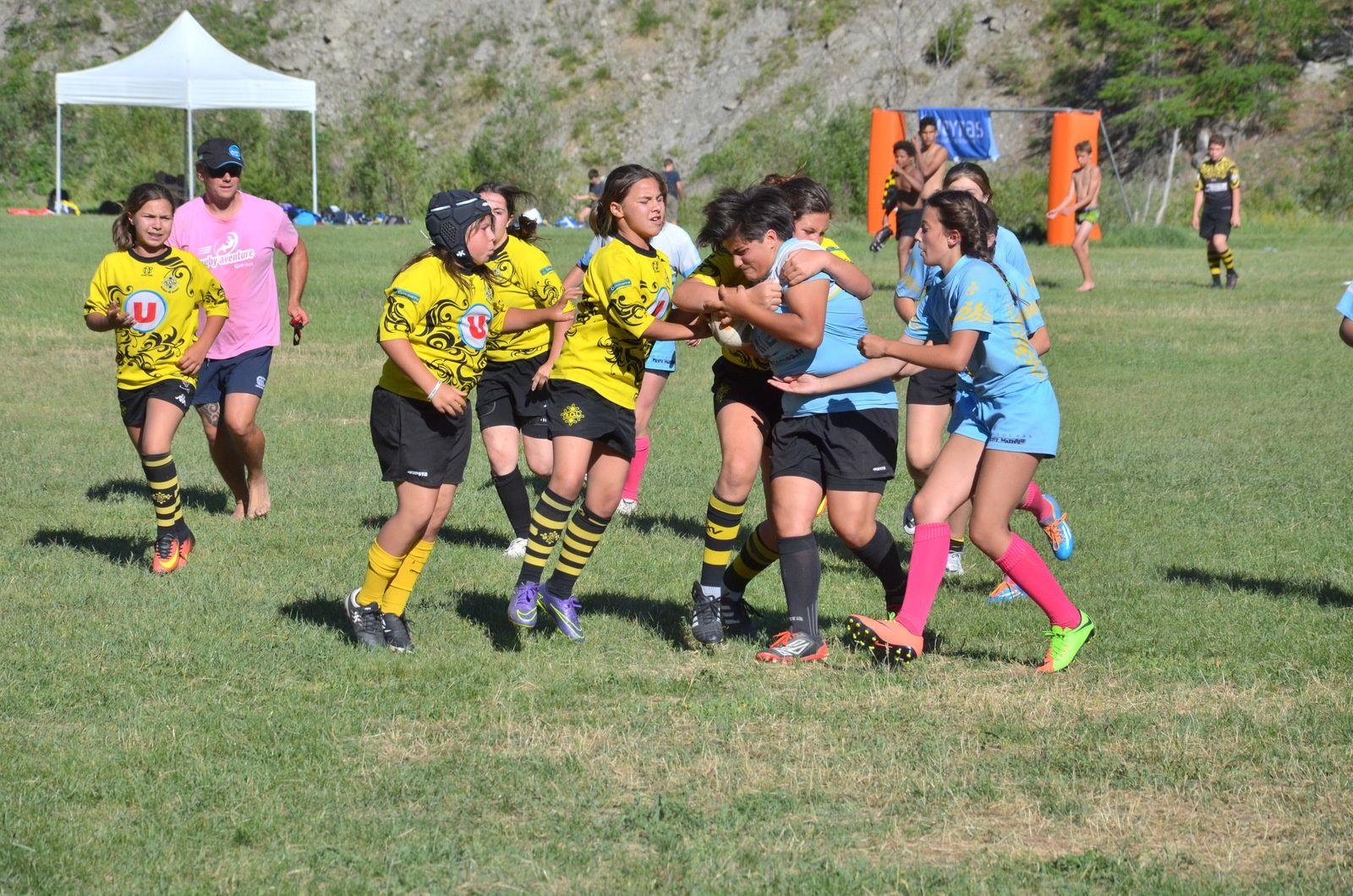 Opposition féminine sur le Rugby Aventure, tournoi organisé par le Rugby Club Queyras à Aiguilles.