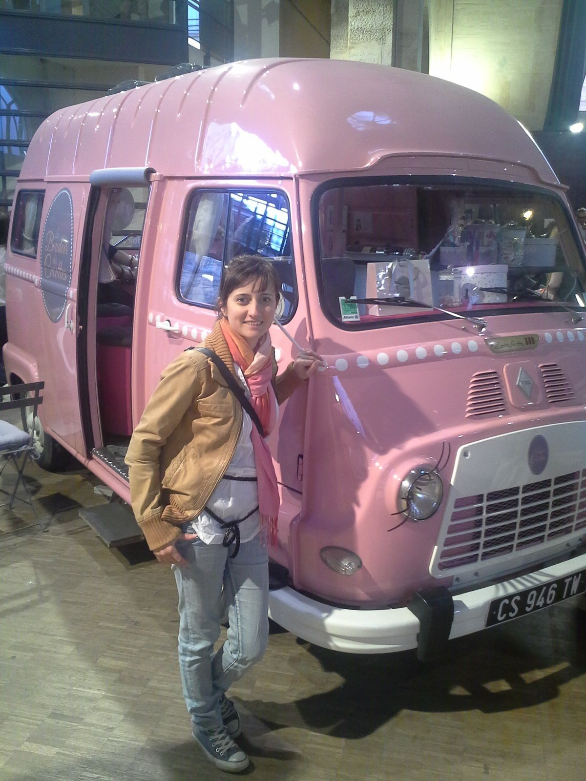 """Le """"boudoir des cocottes"""", the first beauty van itinerant for nail, make up and vintage hairstyle ~~~ Prima camionetta itinerante per smalto, trucco e parrucco stille vintage ~~~ Le premier van itinerant pour maquillage, pose de vernis et coiffure en style vintage"""