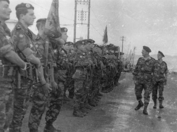 Le général Gracieux passant en revue les troupes de la 10e division parachutiste.
