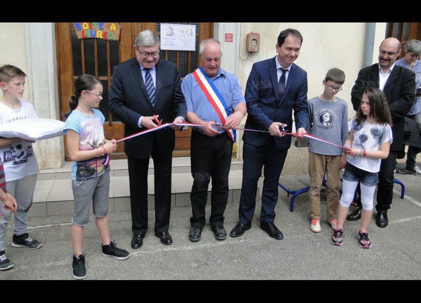 Couper de ruban avec le maire, entouré du député (à g.) et du conseiller départemental (à d.), du maire de Mooslargue, village en RPI avec Liebsdorf, et les enfants. PHOTO DNA