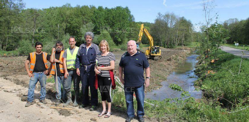 Le riviériste Hugo Lienert et le maire Fabien Ulmann (au centre) surveillent les travaux de l'arasement de la digue de l'étang communal permettant d'étendre la zone d'épandage des crues sur plus de 50 ares. Photos L'Alsace/C.H.