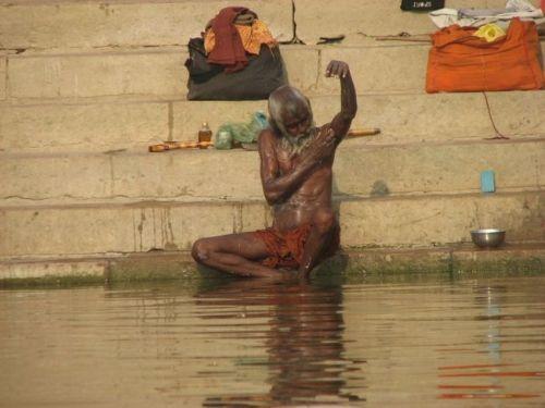 El río sagrado Ganges y su escalofriante contenido