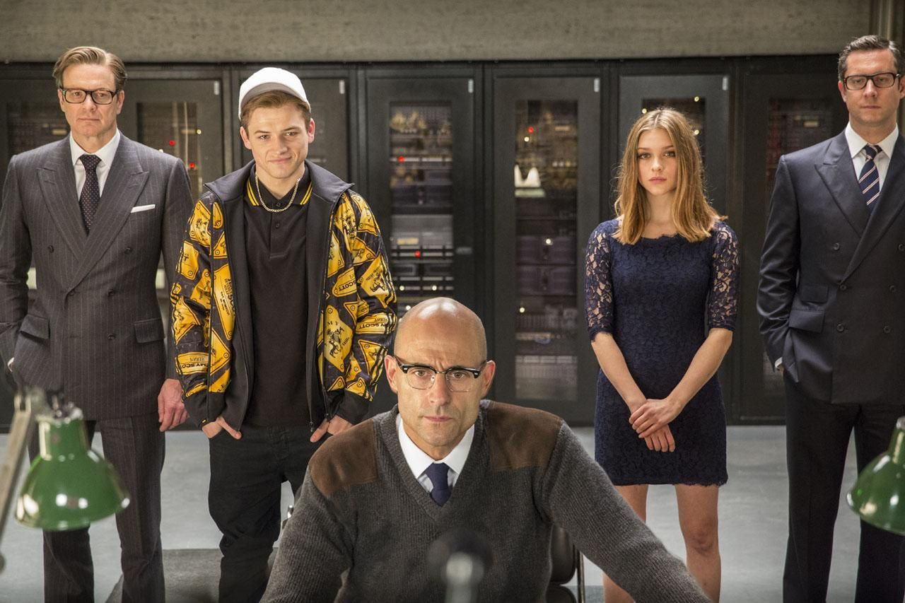 Galahad (Colin Firth), Eggsy (Taron Egerton), Merlin (Mark Strong), Roxy (Sophie Cookson) et un autre type.