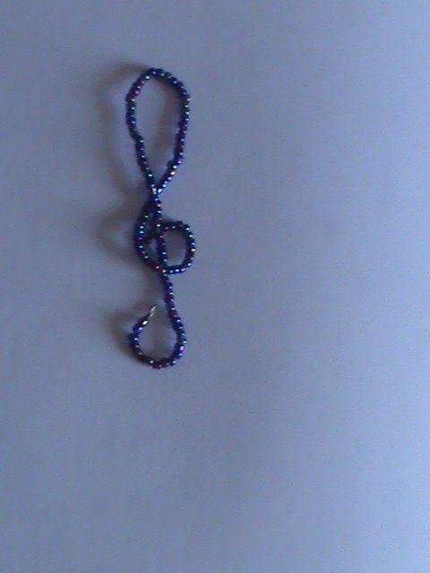une clé de sol en perles de rocailles