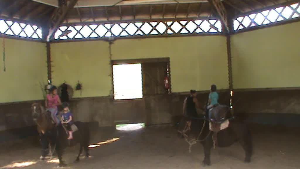 Lily fait du poney ...