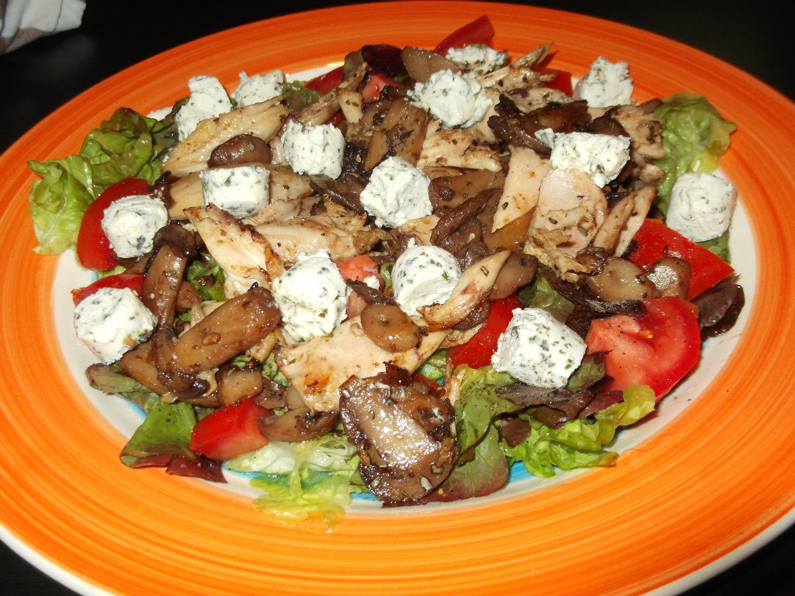 salade, poulet, champignons, tomates et fromage