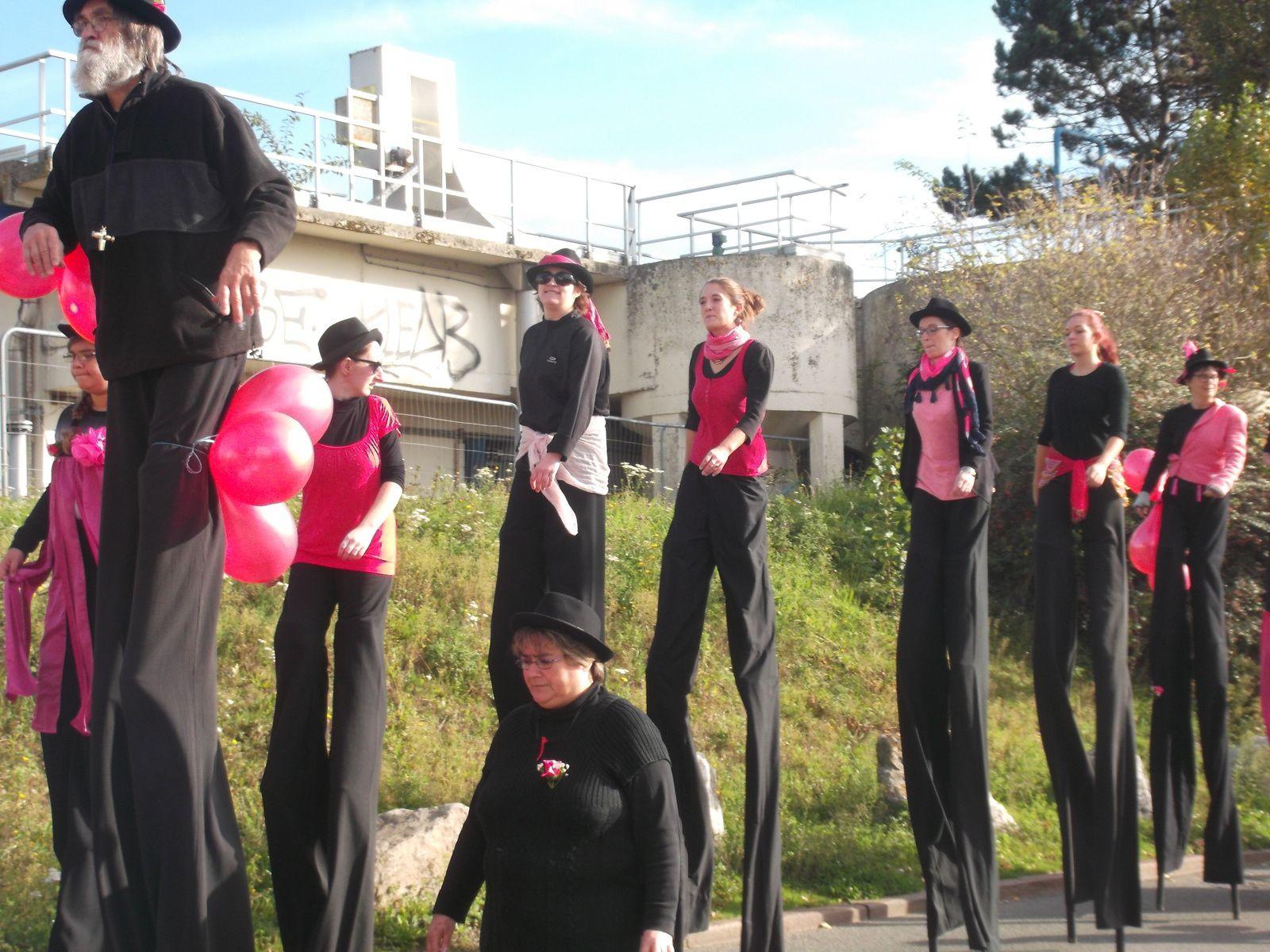 octobre rose au Tréport ( lily et mamie toujours inséparables ..)