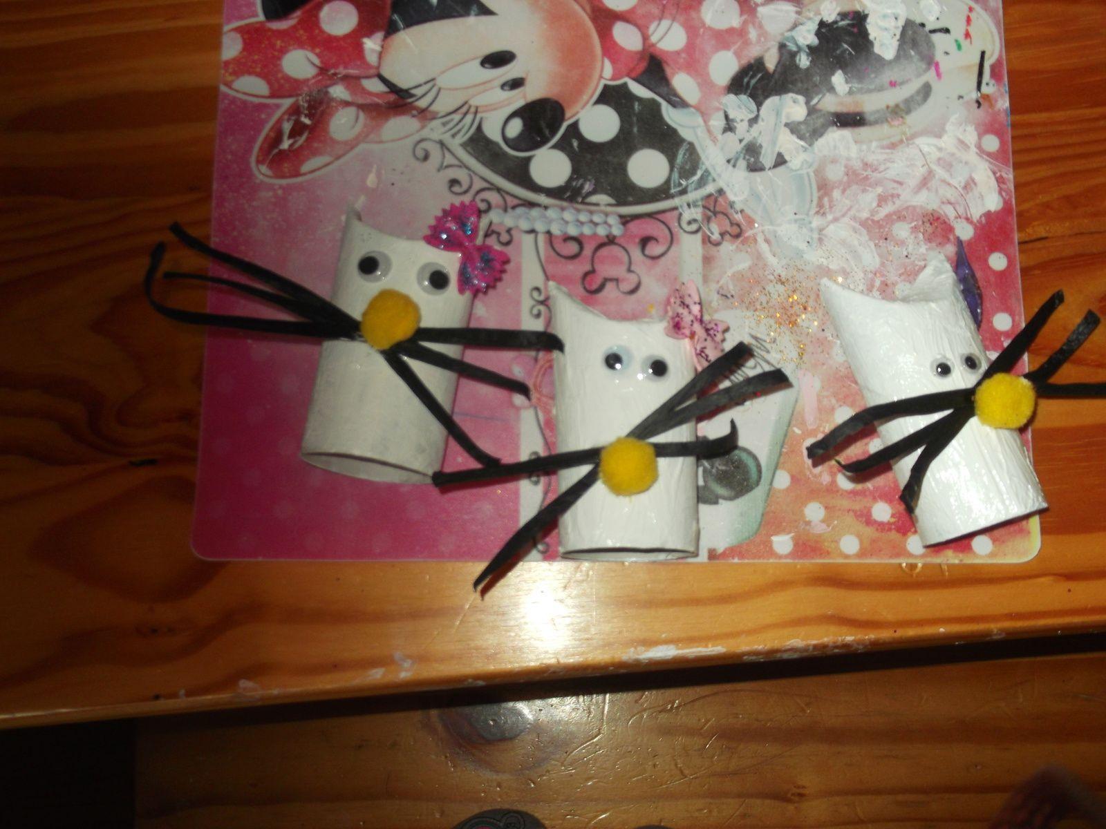 En mode récup' de rouleaux de papier WC,  Lily fabrique des Hello Kitty ...