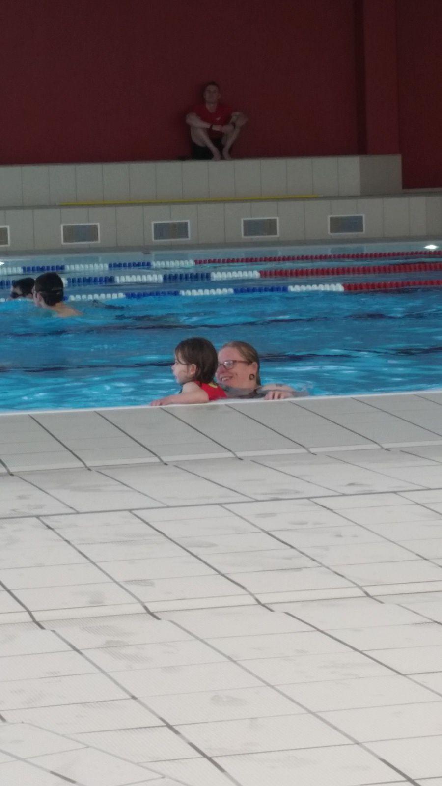c'est trop bien la piscine avec les cousines (et cousin) et tata ... et maman !! Il faudra bien quelques croques monsieur pour reprendre des forces