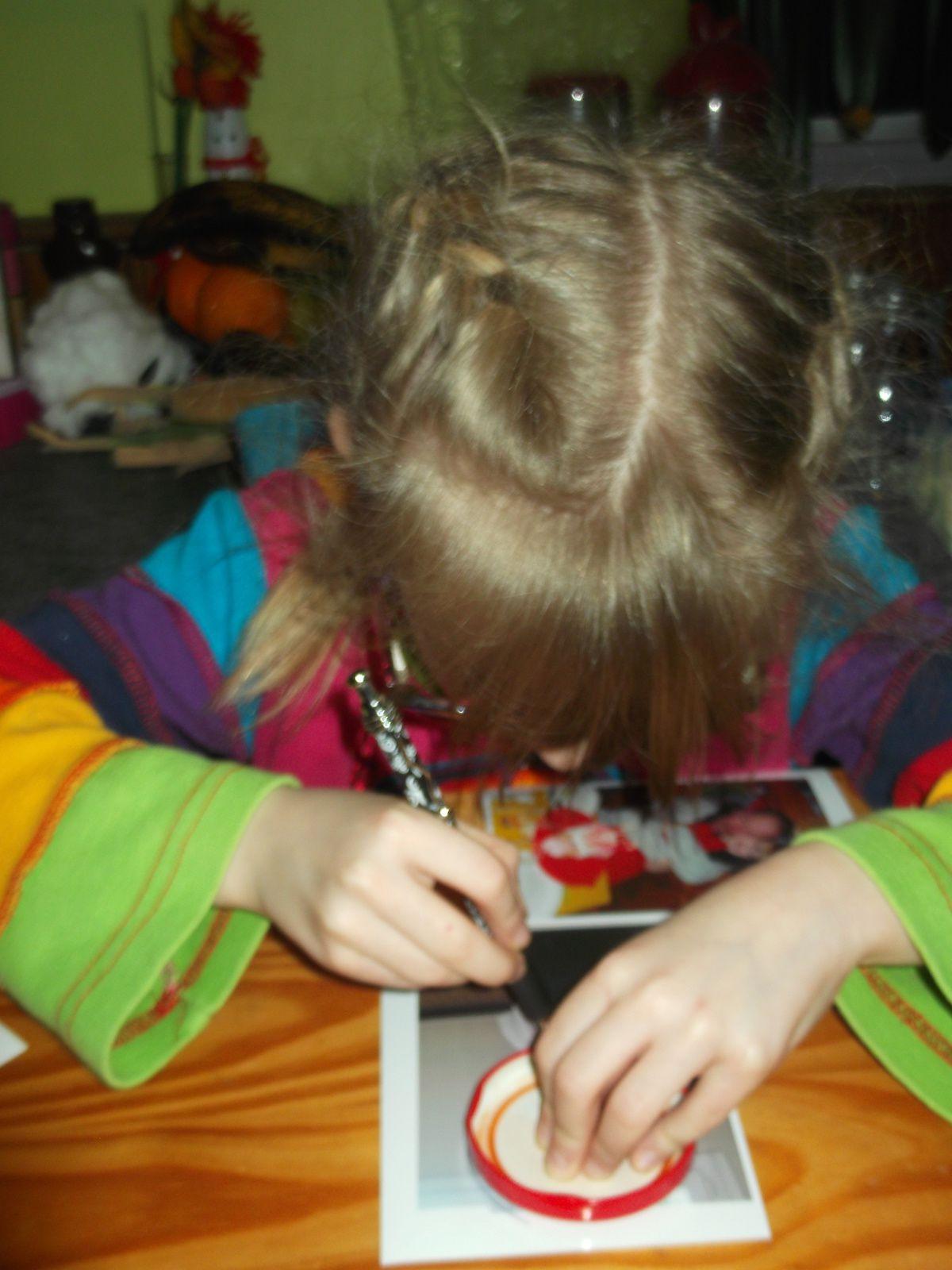 Lily bricole des photos aimantés pour son parrain ..