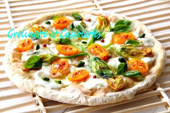 Tarte fine à partager à l'apéritif : fleurs de courgette, tomates, mozzarella de bufflonne...