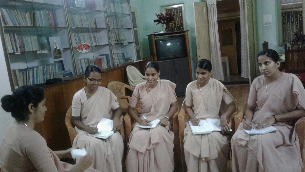 Sisters Rani, Sheyona, Mercy la responsable de juniorat,  Madhu et Crystal
