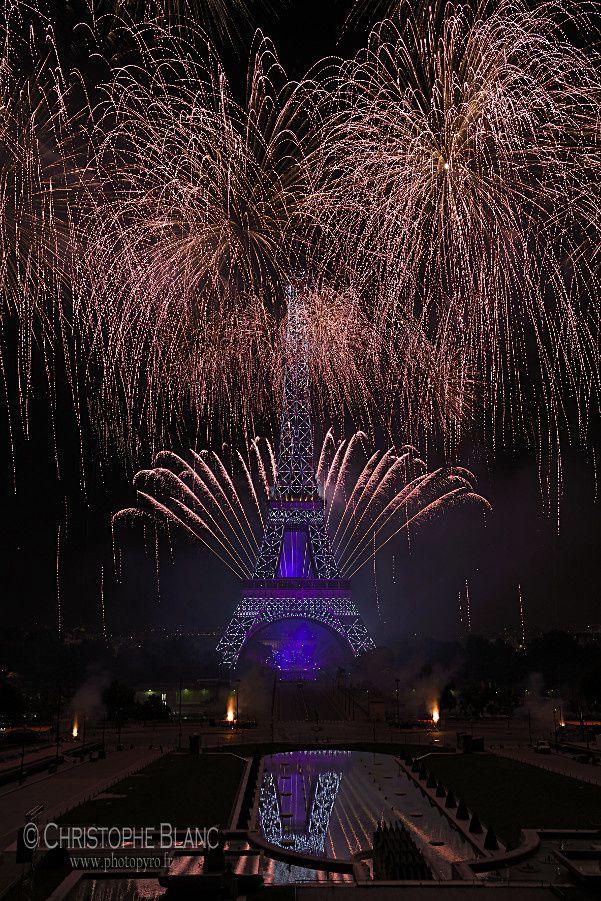 Pluie pyrotechnique sur la Tour Eiffel