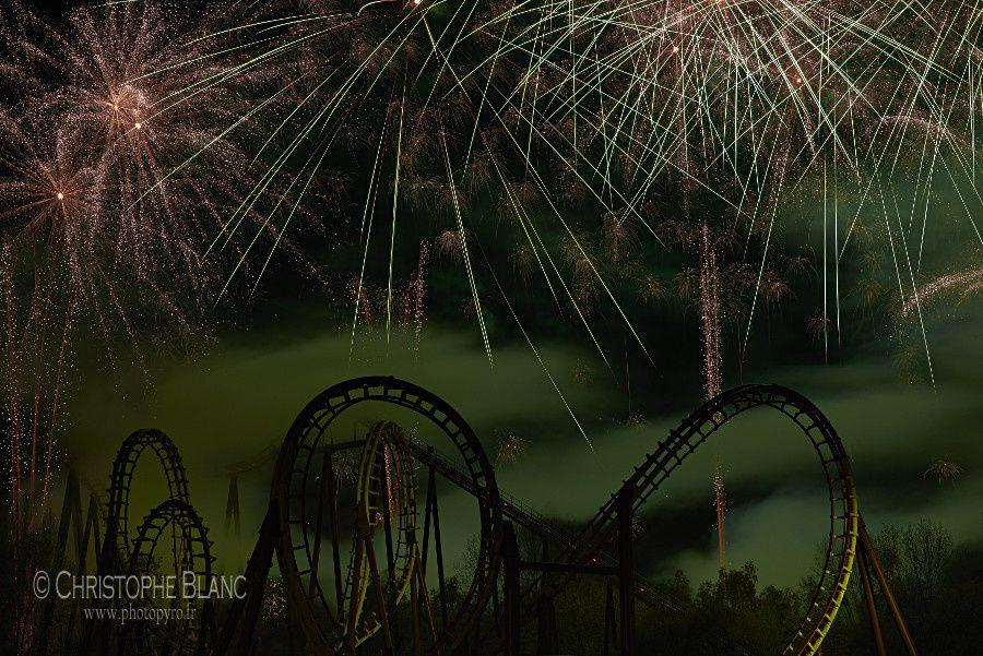 Spectacle pyrotechnique pour la nocturne d'Halloween à Astérix