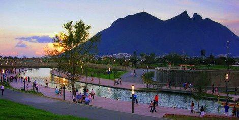 Les immeubles les plus futuristes du Monde Entier  Parque Santa Lucia Monterrey, Mexique  Paseo Santa Lucia