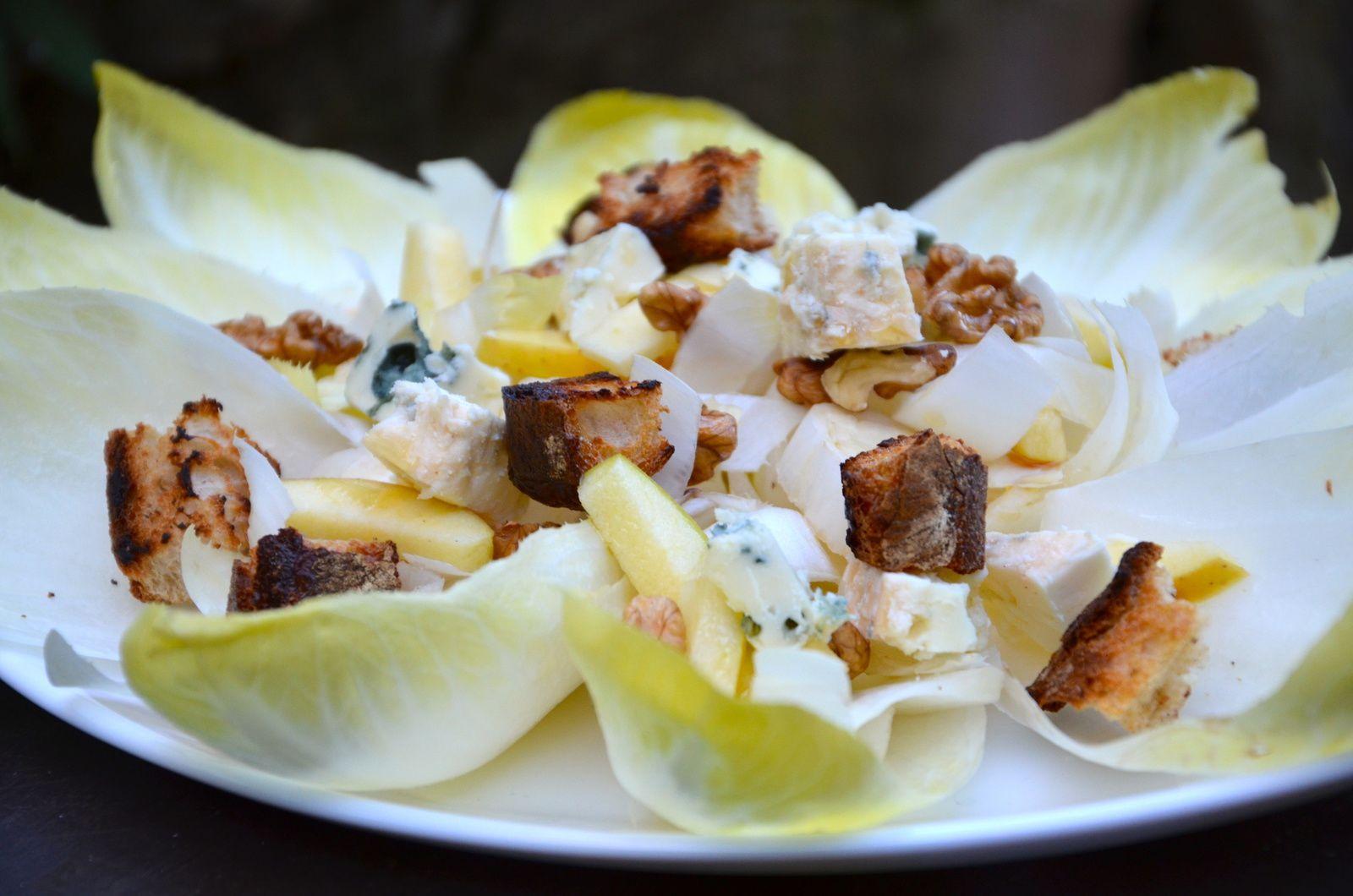 Salade d'endives aux noix et roquefort