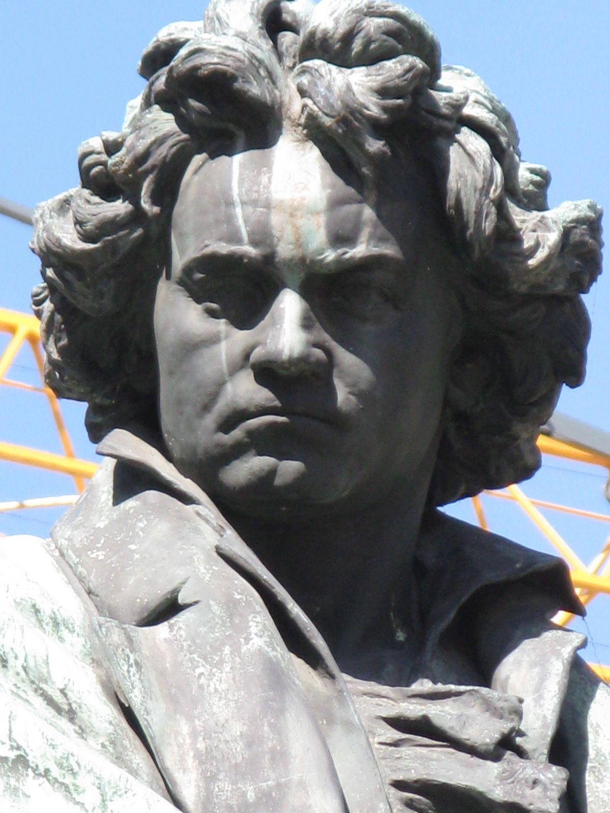 Ludwig van Beethoven par Kaspar von Zumbusch sur la Beethovenplatz à Vienne (Wien)