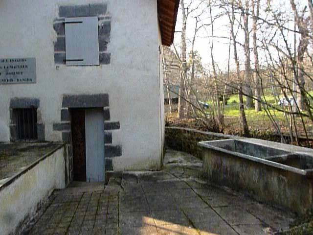 Le bâtiment qui abrite la source Desaix , à gauche rivière la morge