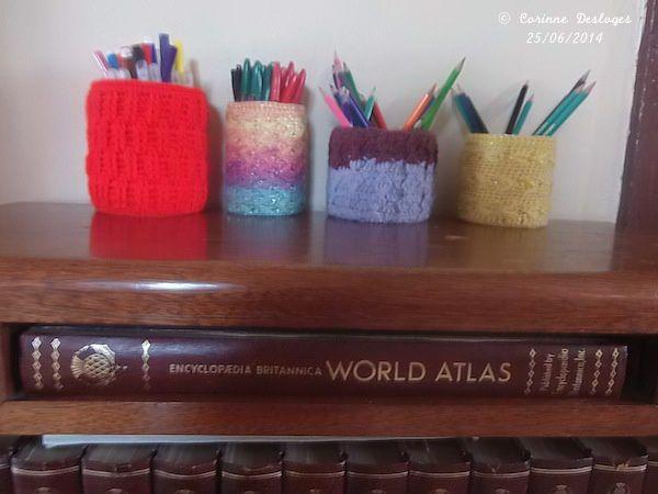Pot à crayons crochetés sur boîtes de conserves