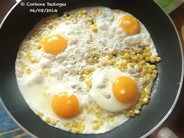 œufs au plat sur grains de maïs