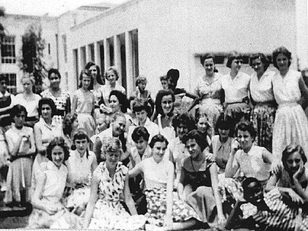 Dr Ina Disengemoka, à l'extrême droite, allongée, en bas de la photo, durant sa formation en Europe.