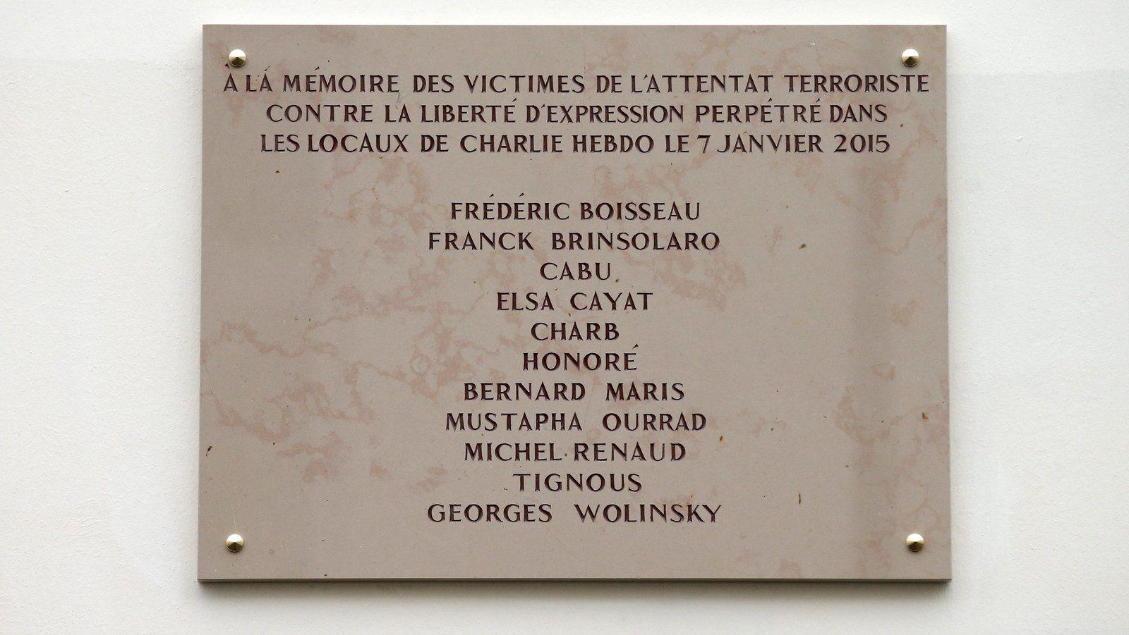 Légitime hommage aux victimes ou nécrophagie politique