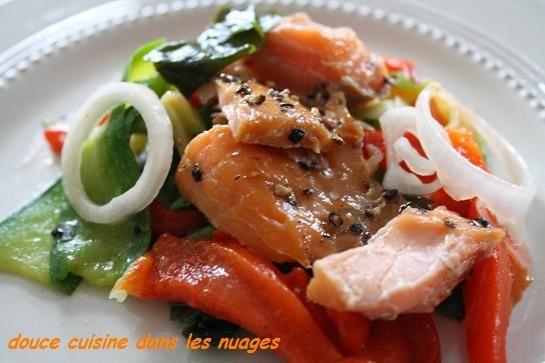 Saumon cuit et fumé au poivre Delpierre en salade avec algues Wakamé