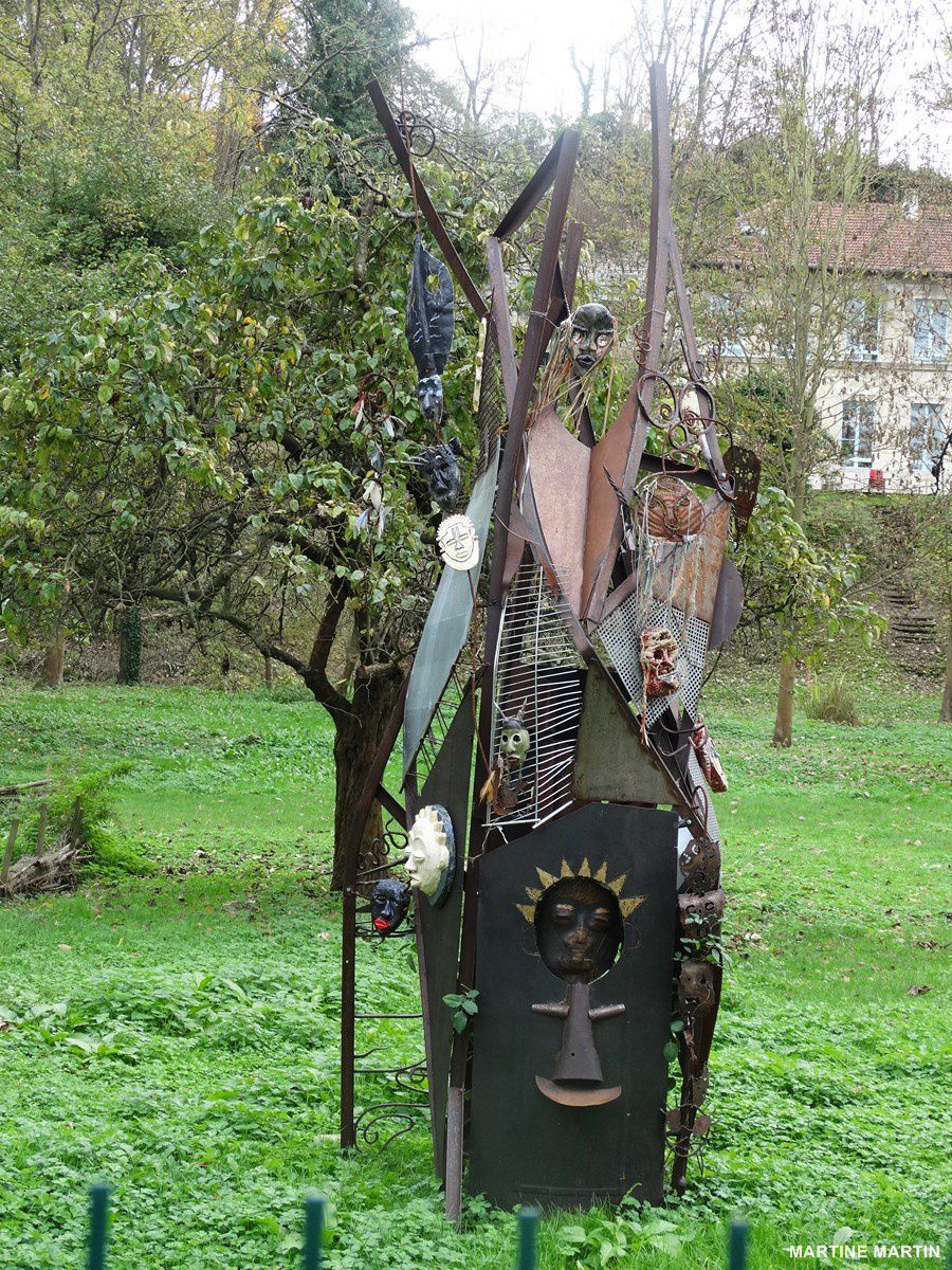 Sculpture dans un jardin à Eragny