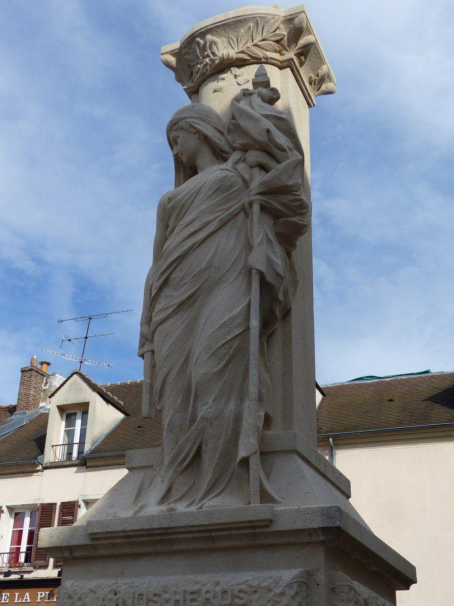 Place de la république et monument aux morts rénové
