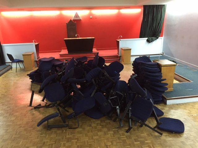 Les anciens sièges sont démontés.