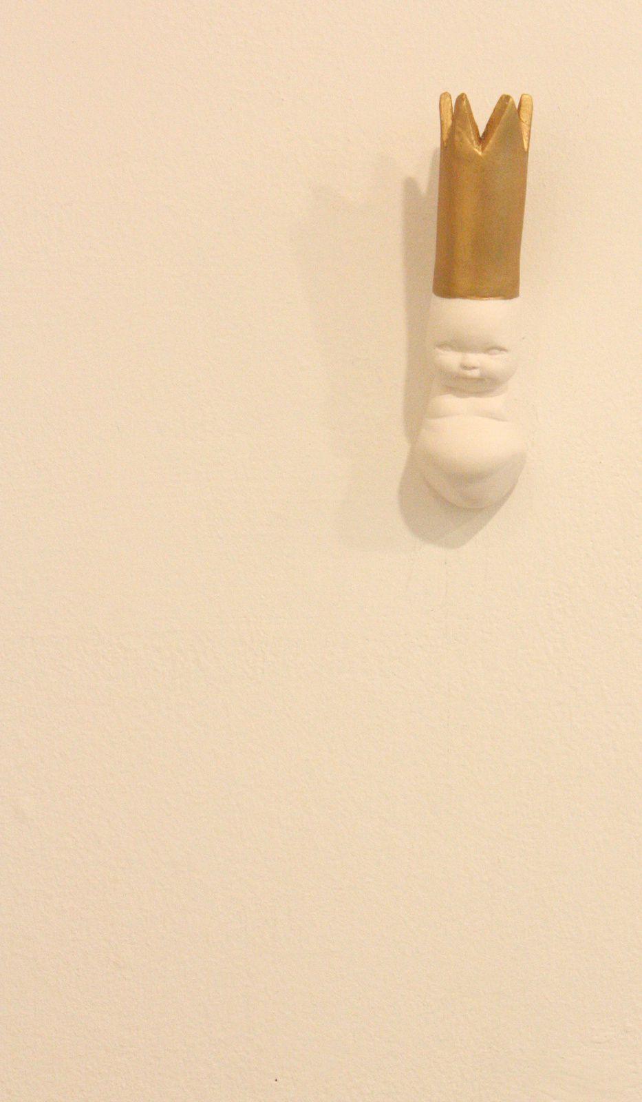 """""""Smal """"P"""" Big crown"""", 2014 (porcelaine et cire) de Ymène CHETOUANE"""