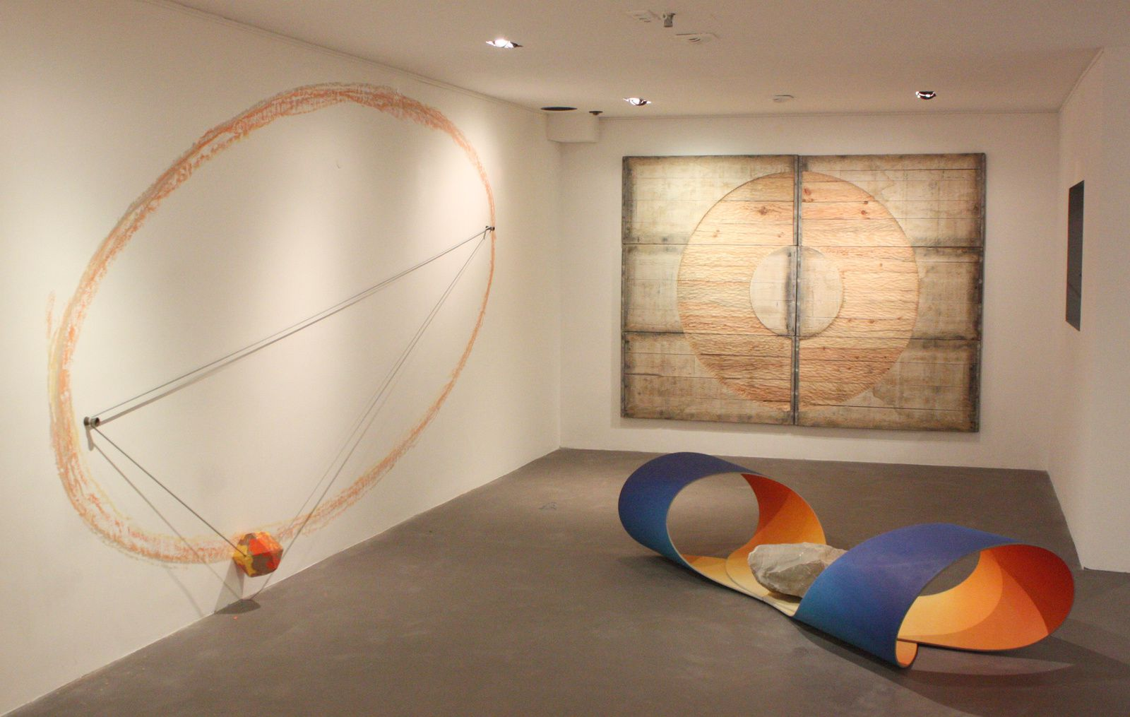 Circulation, bois peint, pierre , 2014 et Comète, craie colorée jaune, orange et gris, corde, terre cuite, 2014