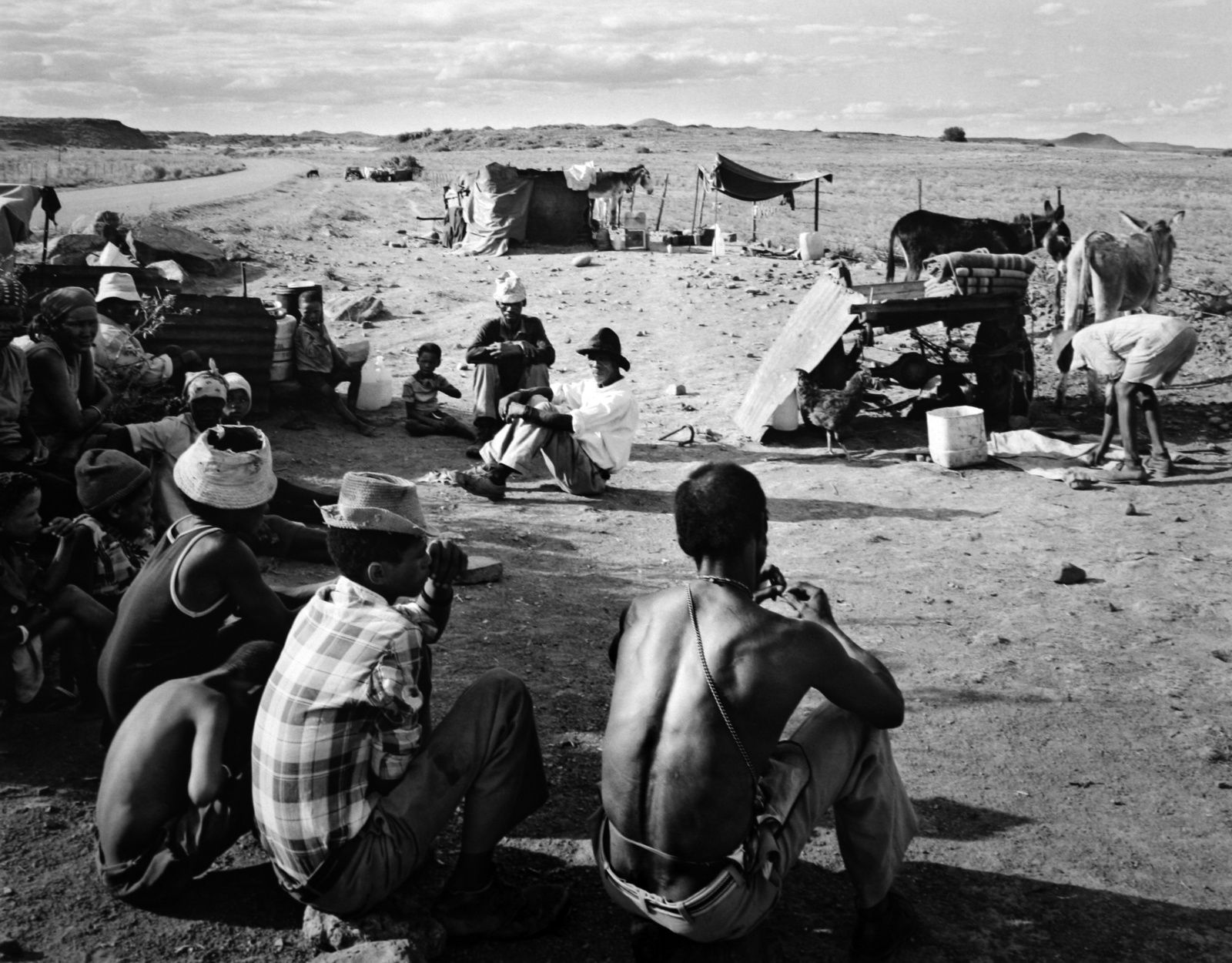 """Encampment of Swerwers, nomadic farmworkers, on the road to Philipstown, Northern Cape"", 30/12/1986 David Goldblatt. Courtesy of the artist and Marian Goodman Gallery, Paris"