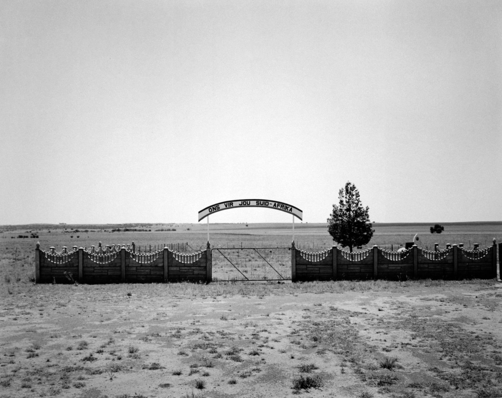 """Die heldeakker, the heroe's acre: Cemetery for white menbers of the security forces killed in ""Total Onslaught"" the war against forces in Southern Africa, Wentersdorp, Transvaal"", 1/11/1986 David Goldblatt. Courtesy of the artist and Marian Goodman Gallery, ParisDavis Goldblatt, Courtesy of the artist and Marian Goodman Gallery, Paris"
