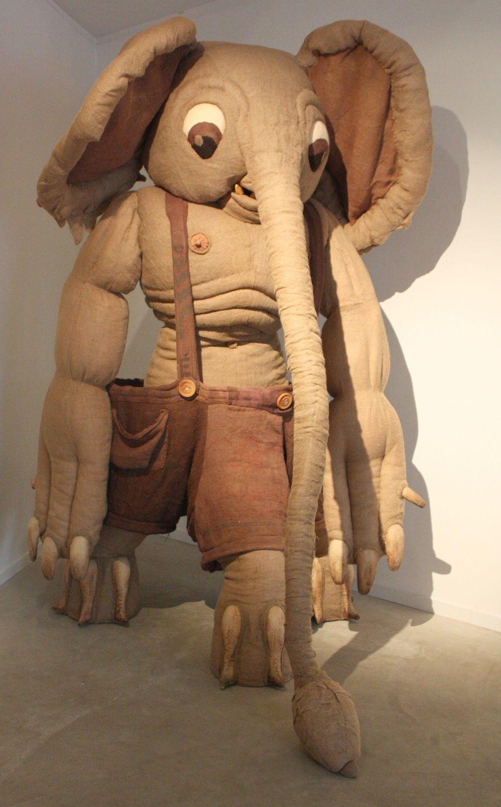 """""""l'Élephant à trois pattes"""" Créé avec le soutien du Singapore Art Museum."""