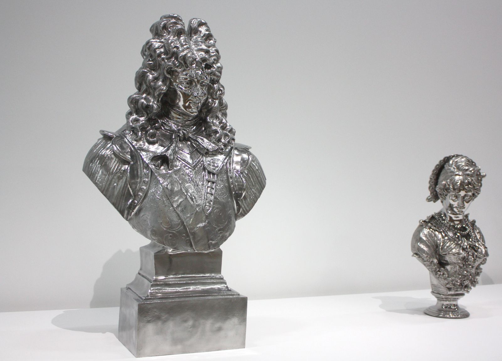 """Louis XIV"", 1986 et ""Italian woman"", 1986 de Jeff Koons © Photo Éric Simon"