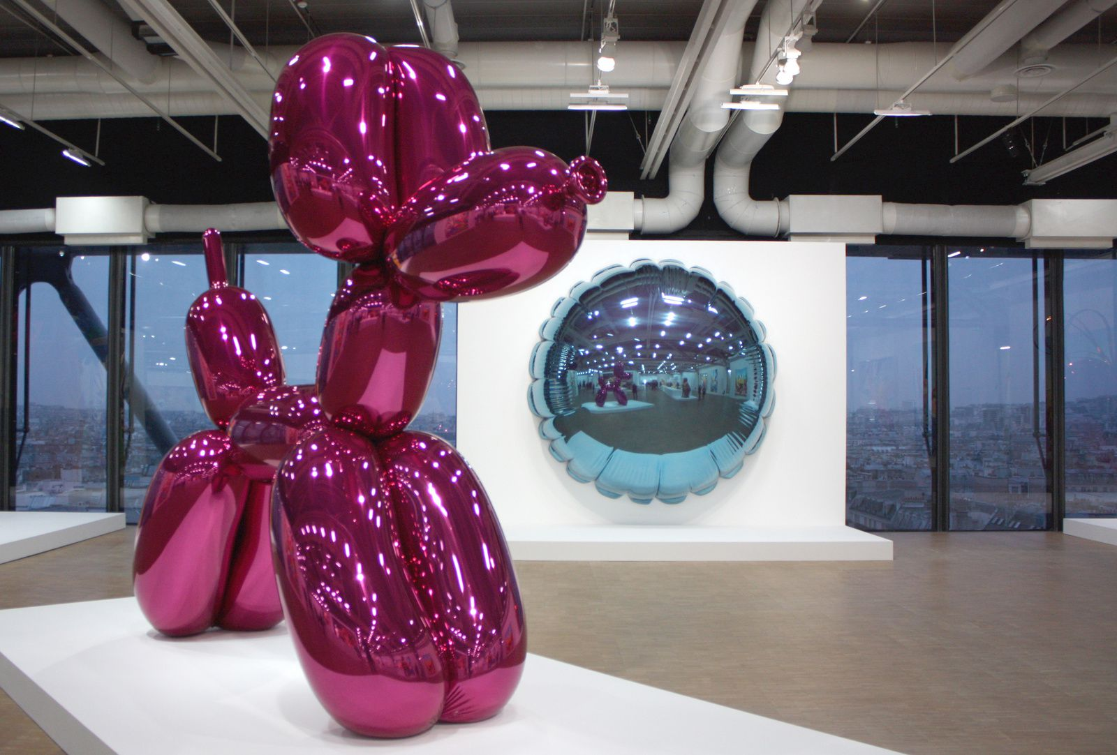 """Balloon Dog'Magenta)"", 1994-2000 et ""Moon (Light Blue), 1995-2000 de Jeff Koons © Photo Éric Simon"