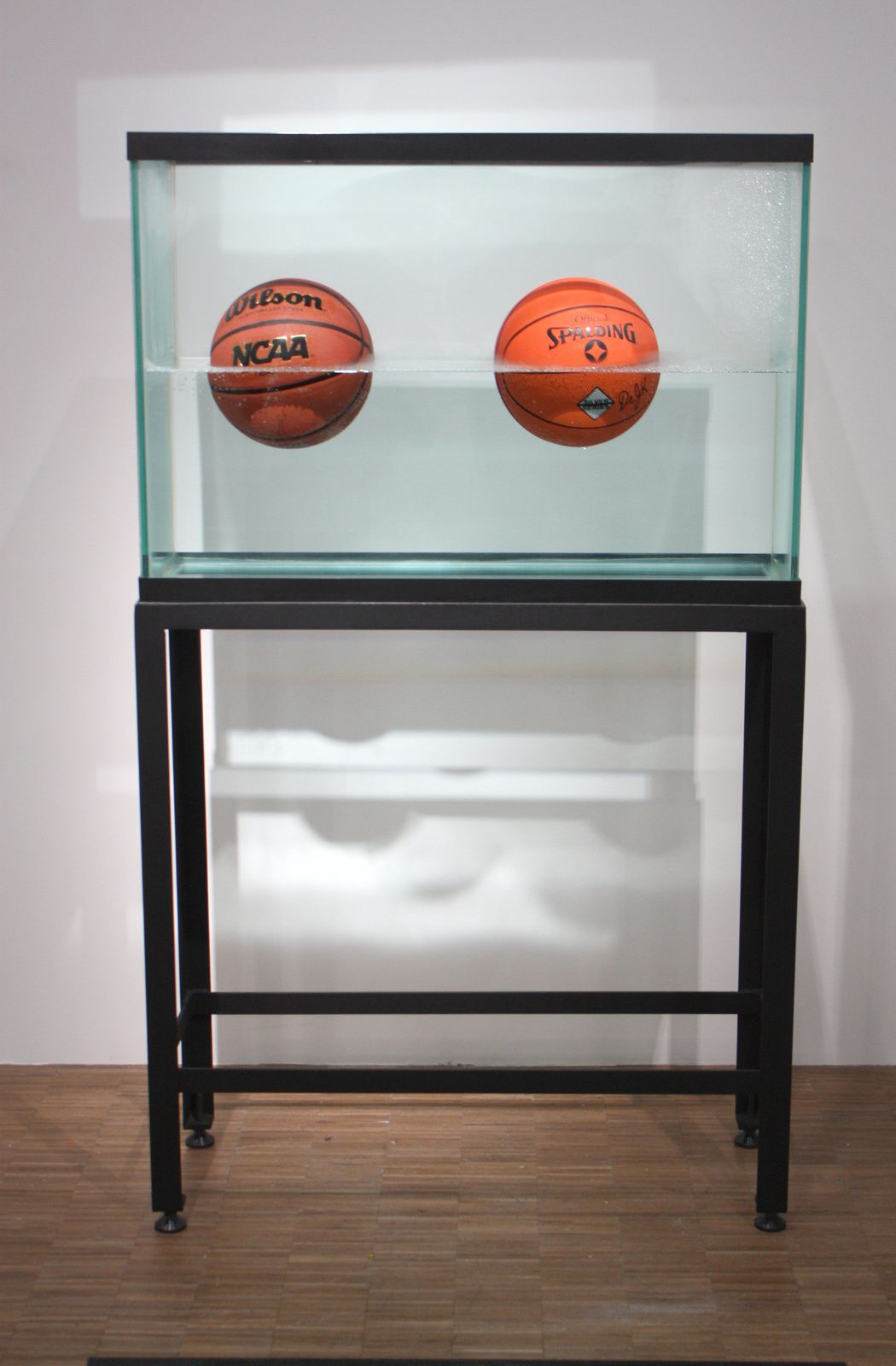 """Two Ball 50/50 tank"", 1985 de Jeff Koons © Photo Éric Simon"