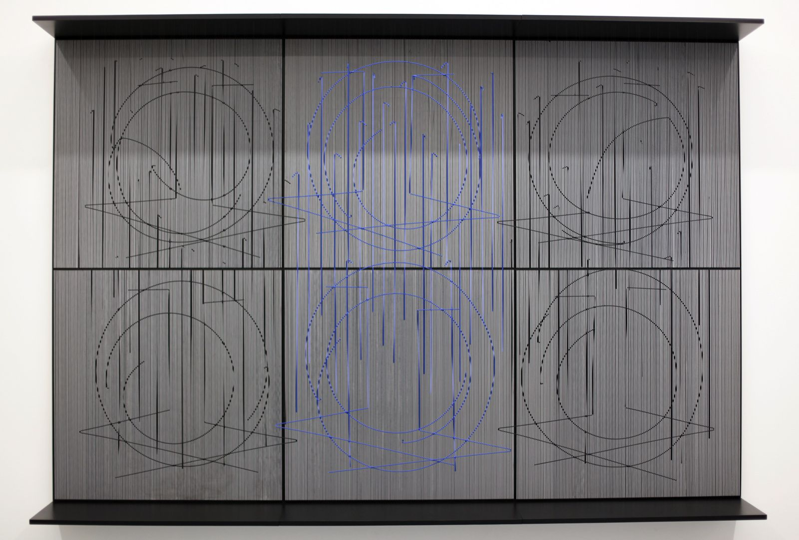 """Ecriture bleu central"", 1999 de J.R Soto Courtesy Galerie Perrotin © Photo Éric Simon"