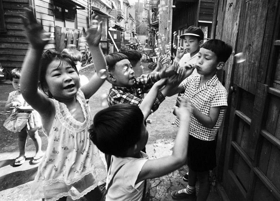 """""""Kids, Tokyo, Japon"""", 1961 de Wiliam Klein Courtesy Galerie Polka"""