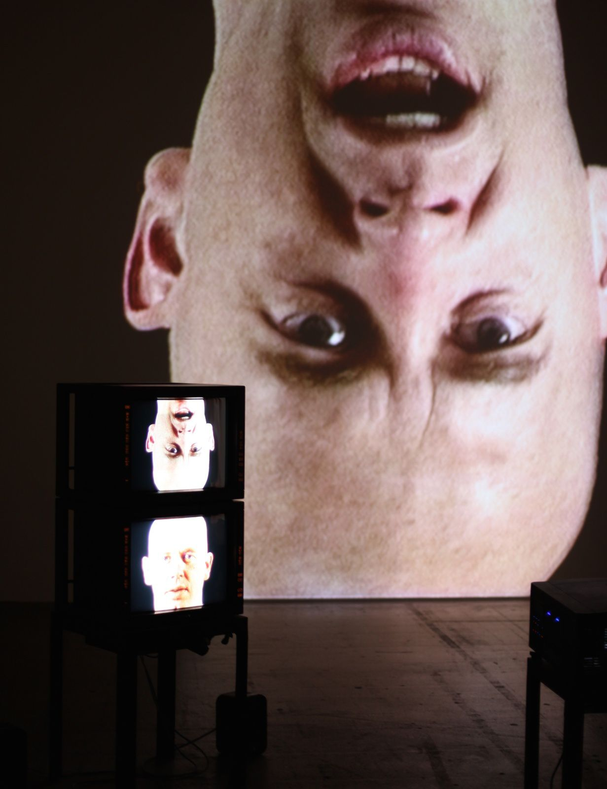 """Installation vidéo Anthro/Socio (Rinde Facing Camera)"", 1991 de Bruce Nauman © Photo Éric Simon"