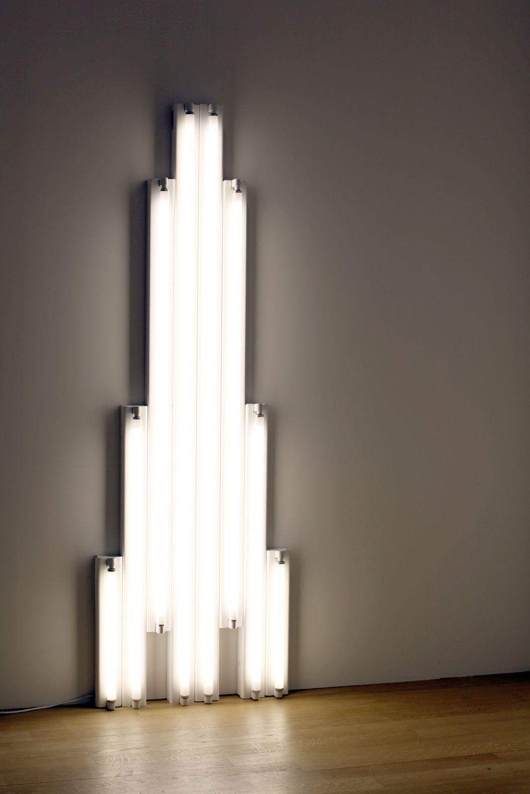 """Monument - for V. Tatlin"", deDan  Flavin. Collection at the San Francisco Museum of Modern Art © Photo Éric Simon"