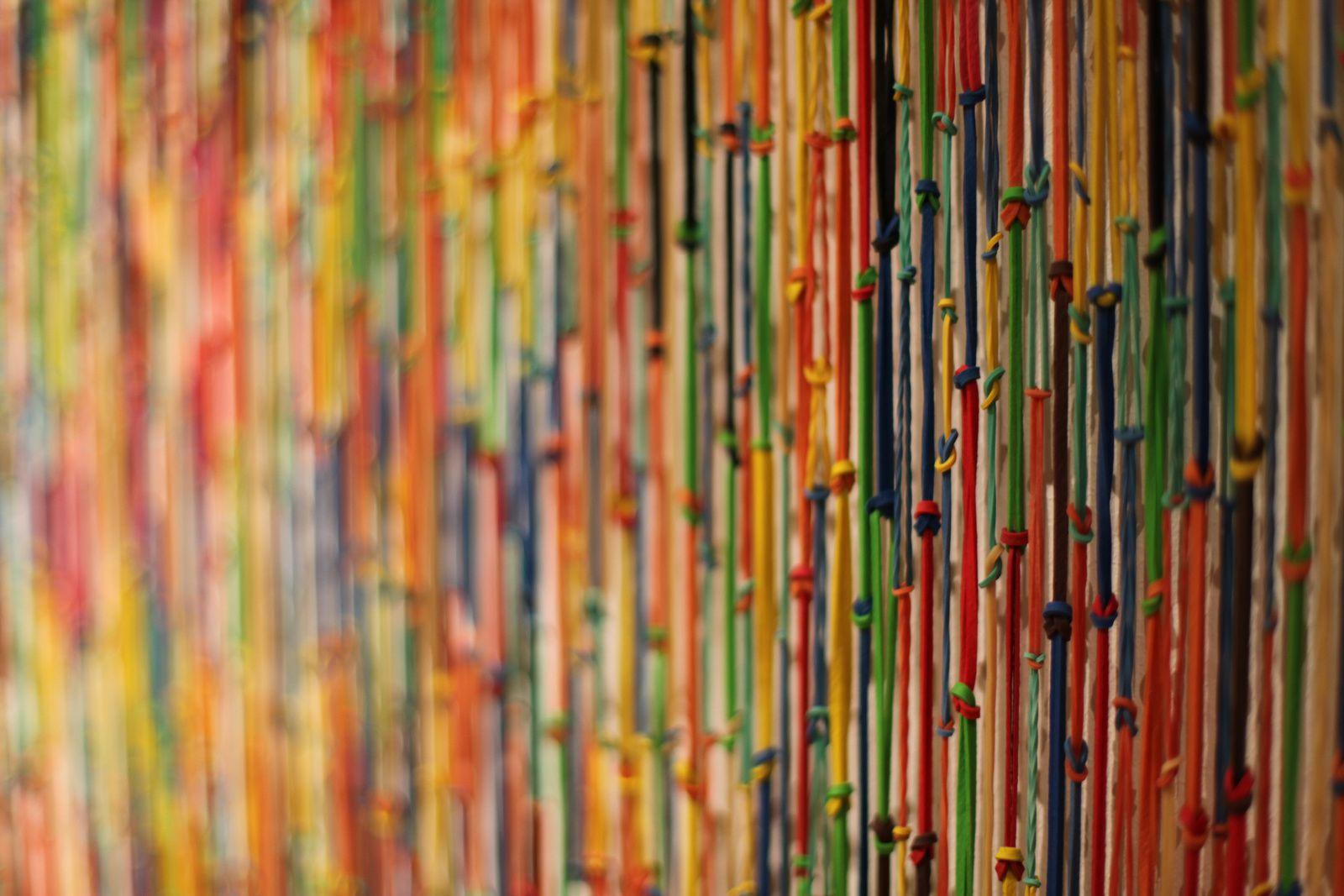 "Détail ""Rubberbands"", 1993 - 2013 de Carmen Perrin © Photo Éric Simon"