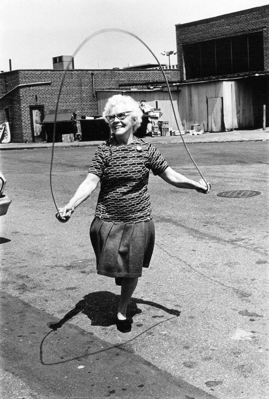 """Jumping Rope, Brooklyn"" d' Isabel Croft - Courtesy Les douches La Galerie"