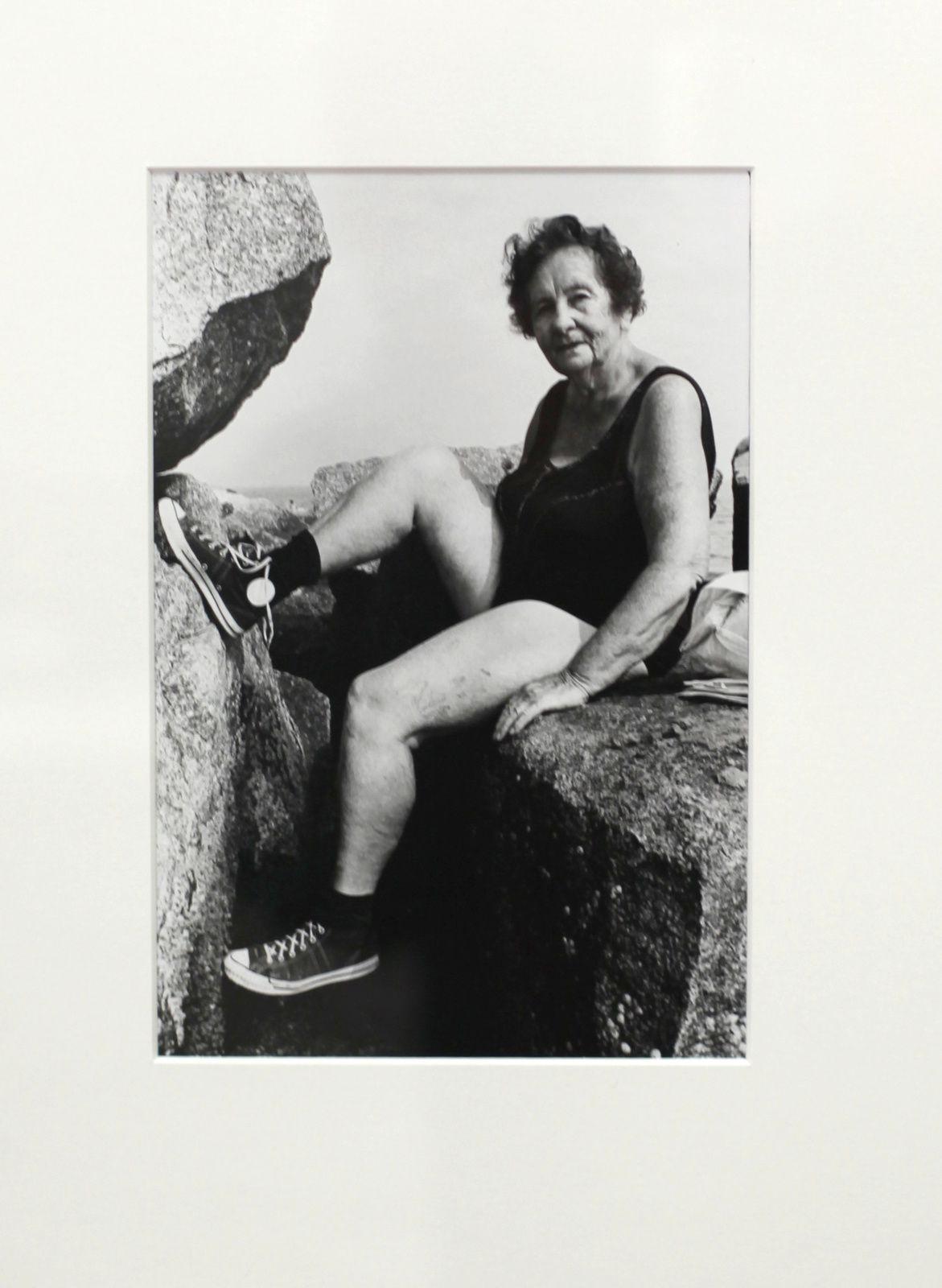 """""""Woman Waering Sneakers, Corney Islande"""", 1976 Arlène Gottfried - Courtesy Les douches La Galerie"""