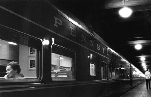 """"""" Woman on a train (six lights)"""", 1958 de Louis Stettner - Courtesy Les douches La Galerie"""