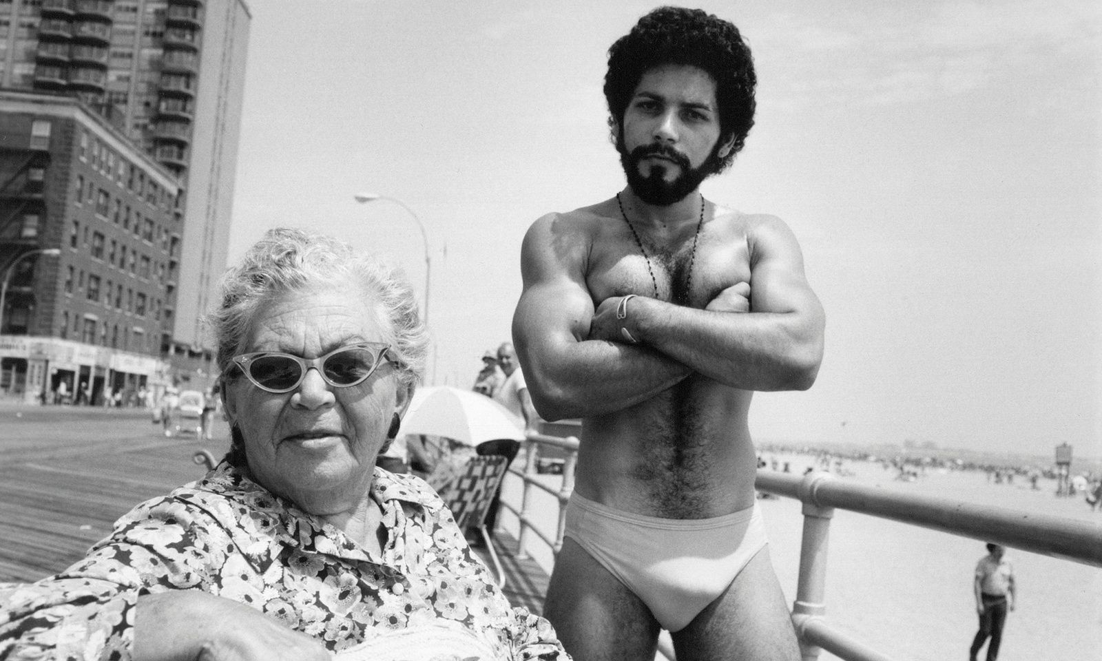 """Angel and Woman on Boardwalk, Brighton Beach, New York"", 1976. Arlène Gottfried - Courtesy Les douches La Galerie"